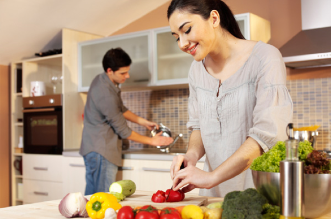 happy-woman-cooking-with-boyfriend_rsocx4-2