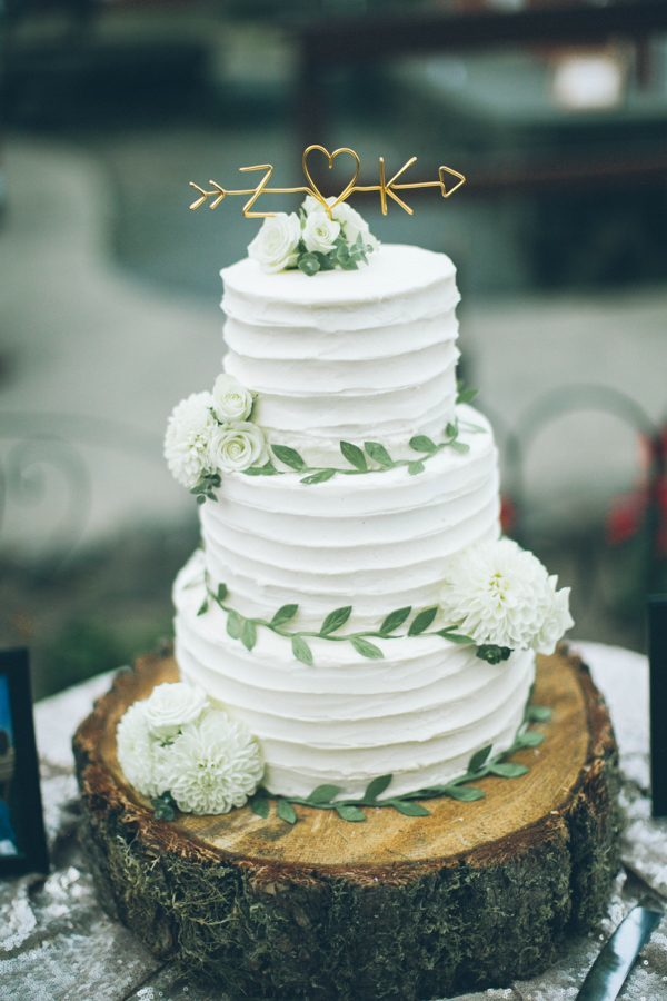 chic-rustic-white-and-green-wedding-cakes-for-2017-trends