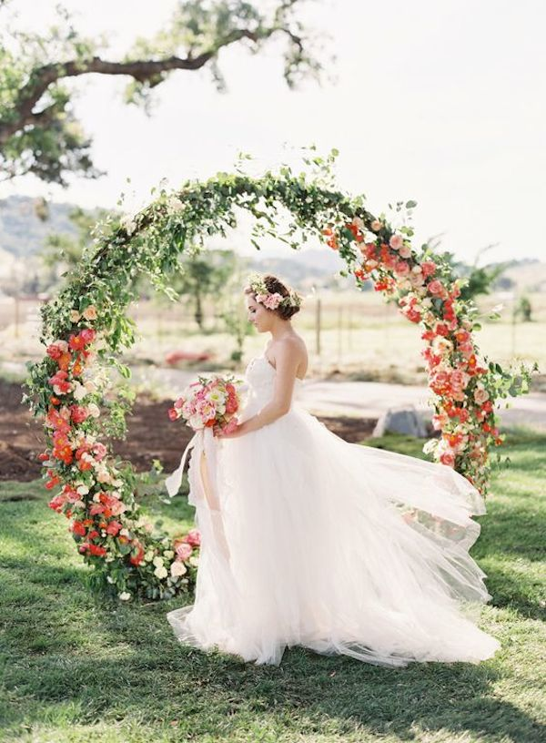 Circular-floral-filled-arch