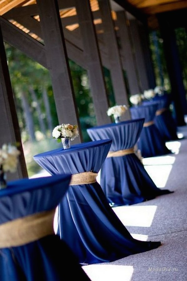 navy-blue-wedding-table-cover-and-white-wedding-centerpieces